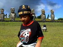 アフアキビを観光する子供達