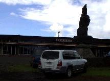 空港前のモニュメント