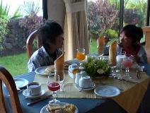 朝食ビュッフェを食べる子どもたち