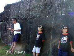 アフ・ビナプを見学する子供達