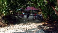 トレイルの入り口にある自転車置き場とレストラン