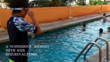 ゴーグルをつけてプールで泳ぐ次男のりゅう。