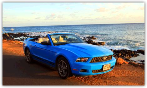 ハワイで借りたレンタカー。海辺に止めた青いオープンカー。