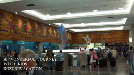 ターミナル1のチェックインカウンター。自動シェックイン機がたくさんありかなりの人が利用している。