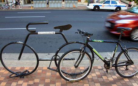 ワイキキの歩道に止めてある自転車