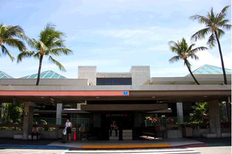 ターミナル2の外観。椰子の木と青い空が見える。