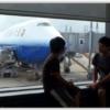 ユナイテッド航空サンフランシスコ便を眺めるこどもたち