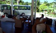 フェリー乗り場へ行く送迎バスが到着した