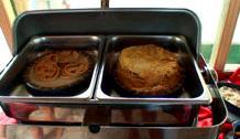 左はミニパンケーキ、右は薄いクレープが何枚も積み重ねられたもの