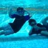 プールの水の中で笑う