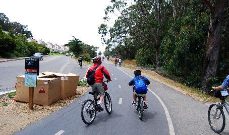 自転車で坂道を漕ぐ子供達