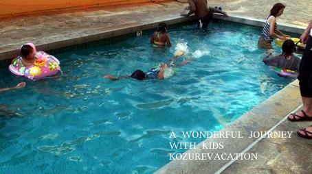 プールで泳ぐ次男。他の子も浮き輪をつけて泳いでいる。
