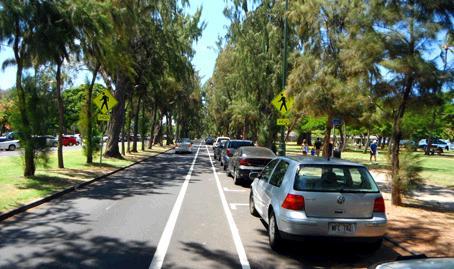 カピオラニ公園の歩道を走る