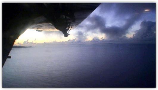 窓から見下ろすプララン島の島影