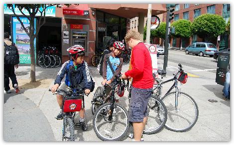 手続きが終わって自転車をこぎだす子供達