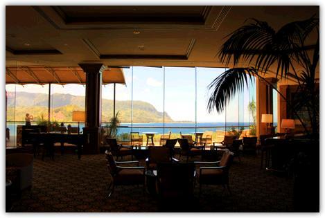セントレジスカウアイリゾートホテルのロビー。ゴージャスなロビーの先には壁一面の大きなガラス窓があってそこにハナレイ湾の海と岬が見える。