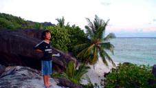 海を見つめる子供