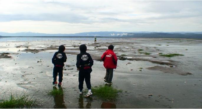 ナクル湖畔を歩く子供達