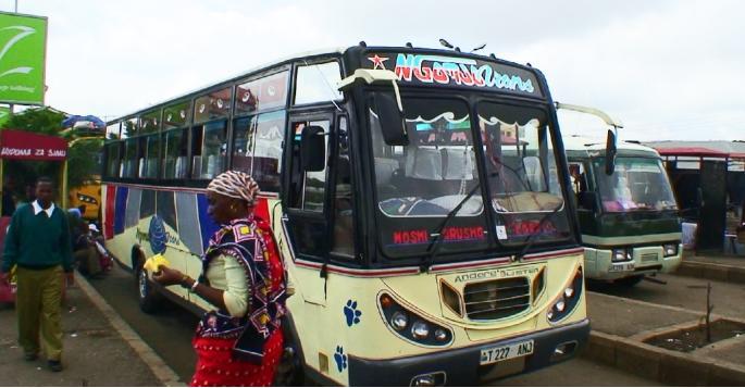 アルーシャのバスターミナルで見たカラフルなバス