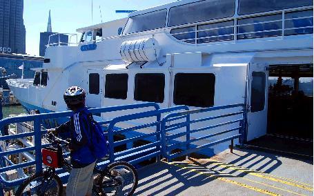 自転車を押してフェリーから下船する