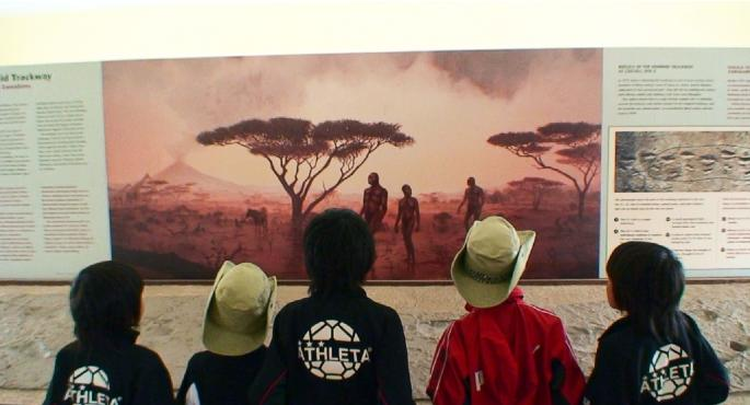 展示を見学する子供達