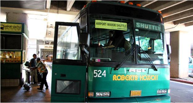 エアポートシャトルバス。緑色の車体の正面。