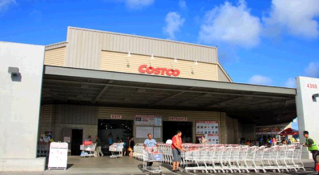 コストコカウアイ店の入り口。背後に青い空が輝いている。