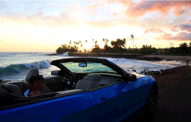 カウアイ島で今回借りたオープンカー。夕映えのビーチに車を止めて子供と記念写真撮影。