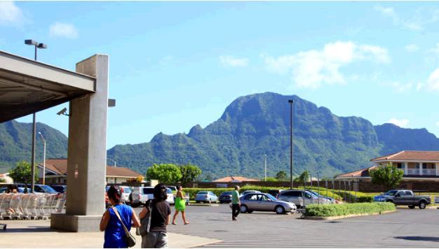コストコの駐車場から見えるカウアイの緑の山