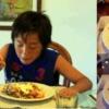 コンドミニアムで料理した夕食を食べる子供