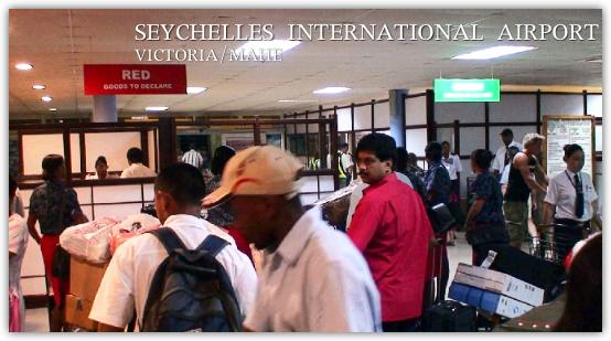セイシェル国際空港の入国審査の行列