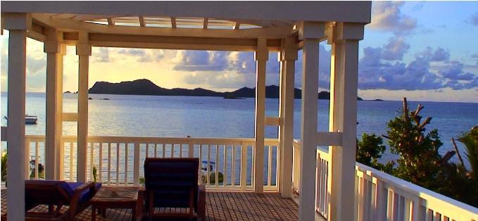 プララン島のホテルから見るセイシェルの夕陽