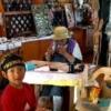 民芸品市場を見学する子供達