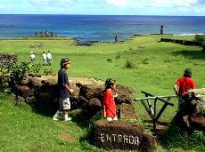 タハイ遺跡を観光する子供達
