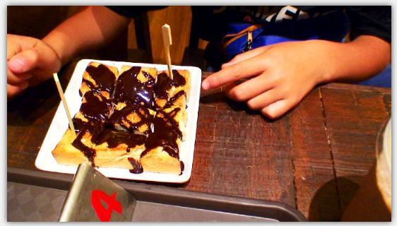 チョコレートシロップをかけたカヤトースト