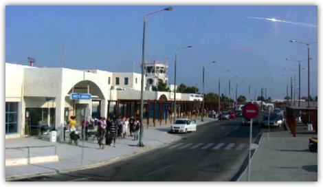 ターミナルビルは印象的な白い建物
