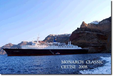 サントリーニ島に入港するブルーモナーク号