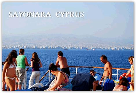 キプロス島を見ながらプールで遊ぶ