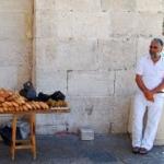 ヤッフォ門でピタパンを売るおじさん