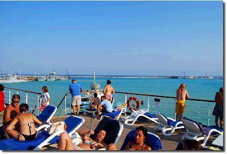 リソマール港(キプロス)に入港するブルーモナーク号