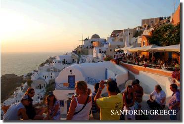 サントリーニ島の夕日を見学する大勢の人