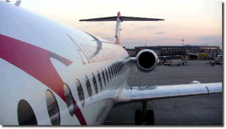 ウィーン空港の滑走路に止まっているオーストリア航空の飛行機