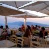 イアのレストランの海側の席はいっぱいだった