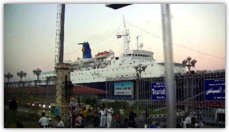 夕刻の港に浮ぶブルーモナーク号