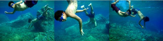 アモウディビーチで泳ぐ子ども達