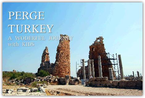 トルコ南部のペルゲ遺跡を見学するこども達