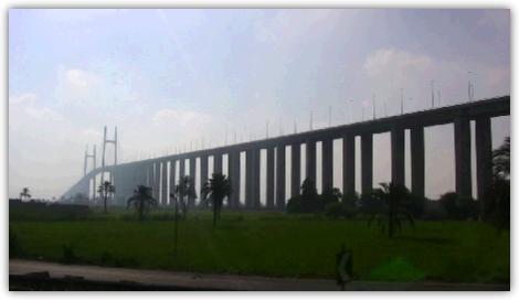 日本の援助で建設されたスエズ運河に架かる橋