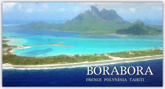 飛行機の進行方向左側座席から見た着陸前のボラボラ島の写真