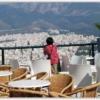 リカヴィストの丘の頂上からアテネ市内の景色を眺めるこどもたち