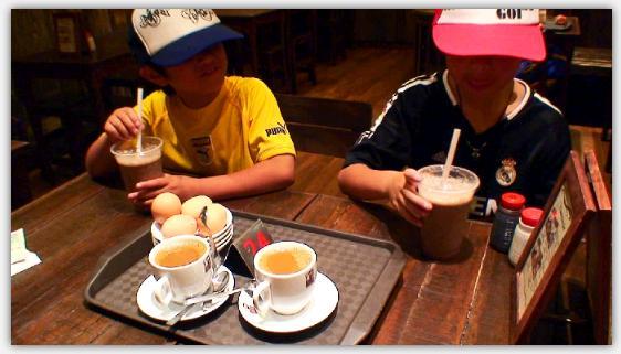 カヤトーストを食べる子供たち